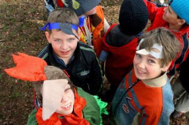 Su paukščių kaukėmis – šimtai vaikų